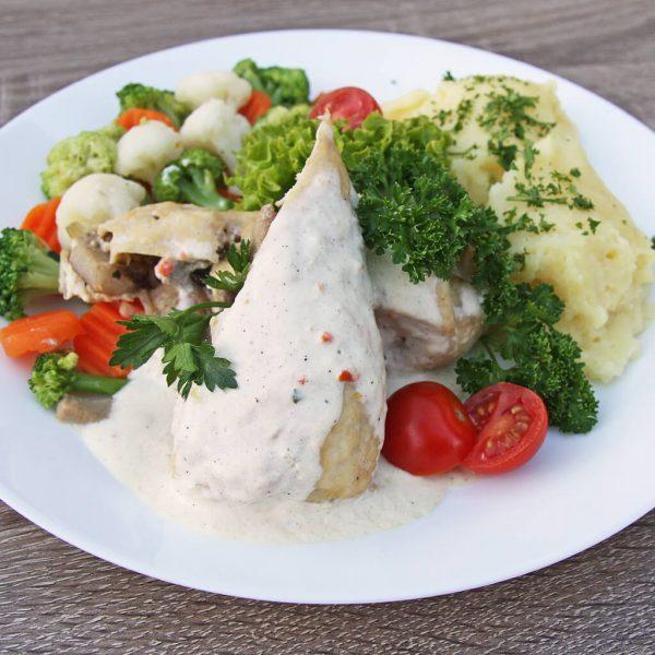 Filet z kurczaka z borowikami w sosie śmietanowym, ziemniaki, warzywa