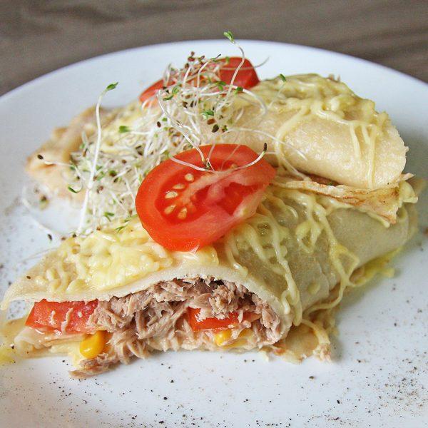 Naleśniki z tuńczykiem, pomidorem, kukurydzą, serem, sosem