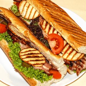 Paluch grillowany z tuńczykiem, cebulą, ogórkiem, serem