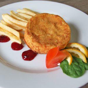 Camembert smażony z żurawiną, frytki, surówka